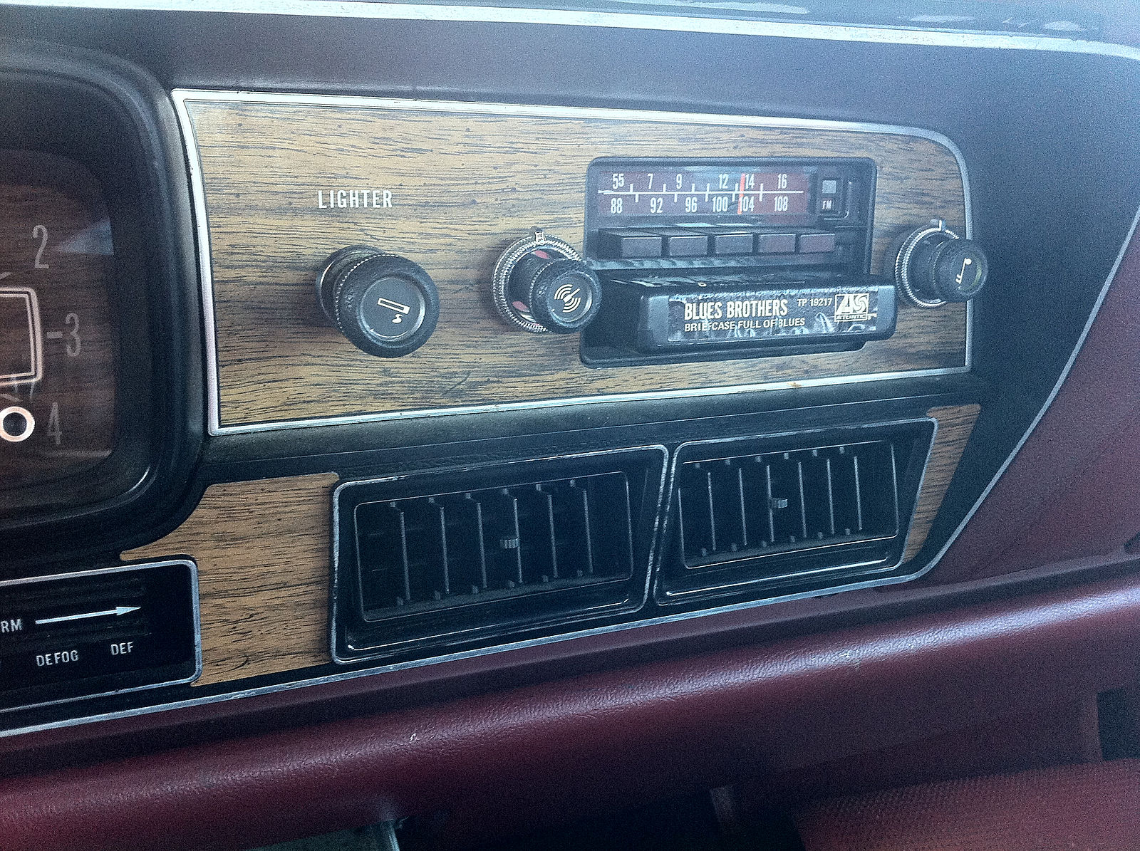 1978_AMC_Matador_sedan_red_NC_detail_of_factory_AM-FM-stereo-8-track_unit